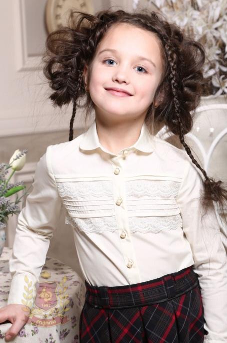 Блуза с горизонтальными защипами и кружевом молочная